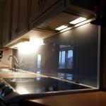 Glas i kök färgat glas. Inramat snyggt med aluminiumprofiler