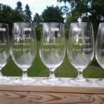Blästrat glas till bröllop. Alla fick ett minne av bröllopet som hade de stora posterna under bröllopet!