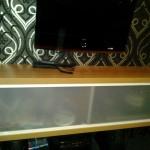 TV-bänk. Skjutparti med vita färger och glas med frostad film