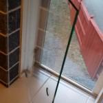 Glasdörr i duschen. Vattnet skulle rinna på fönstret då fixade vi en dörr som dämpade det forsande vattnet från duschen